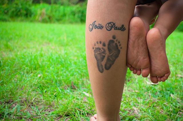 dzieci robią tatuaże